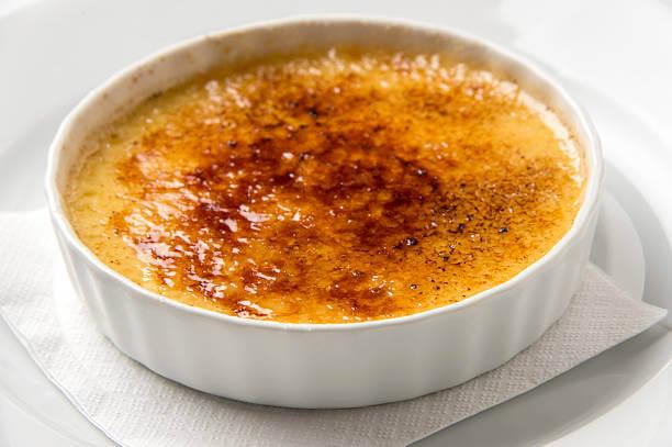 Foto de um crème brulée sobre um prato branco