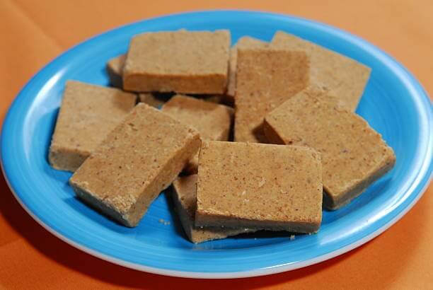 Foto de paçocas de amendoim em um prato azul