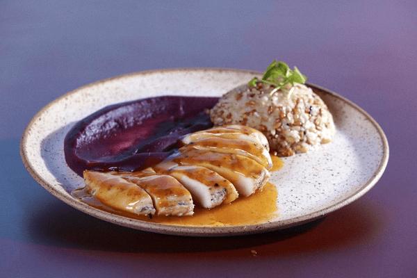 Peito de frango marinado ao vinho branco e sálvia, grelhado e servido com delicioso molho de laranja e especiarias