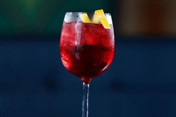 Delicioso suco de cranberry, gin Beefeater, gelo em cubos e um toque de licor de cassis