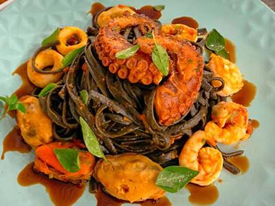 Foto de Linguine Nero de Frutos do Mar, do restaurante Laje98