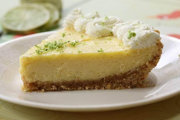 Fatia de torta de limão em um prato branco