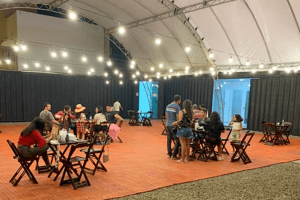 O Covil com mesas separadas respeitando o distanciamento social