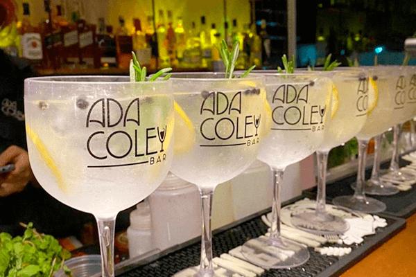 Taças de drinks do Ada Coley Bar enfileiradas