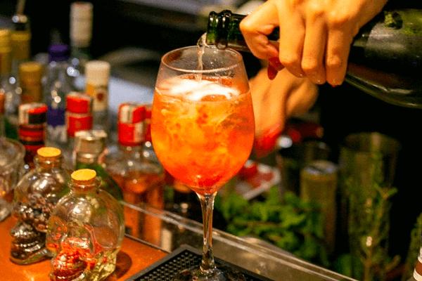 Drink FairyTale - Espumante, geleia de morango, água tônica e morango