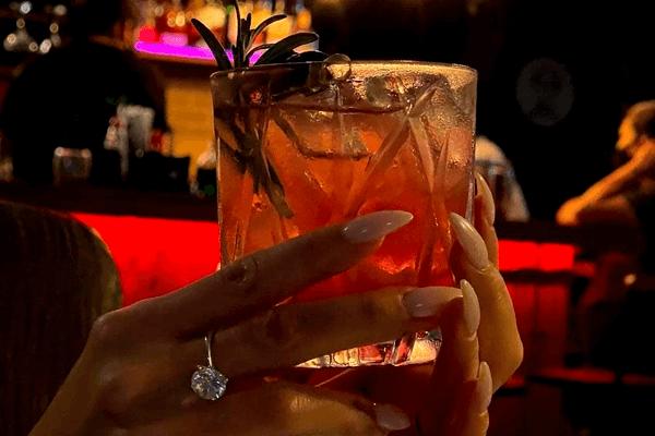 Mãos segurando copo de drink do Big Joe